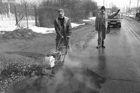 Antoni Trędowski i Grzegorz Koźma pracują przy wypełnianiu wyrw.