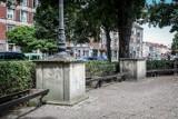 Wysłużone ławki wokół pomnika Jana III Sobieskiego na Targu Drzewnym przechodzą renowację