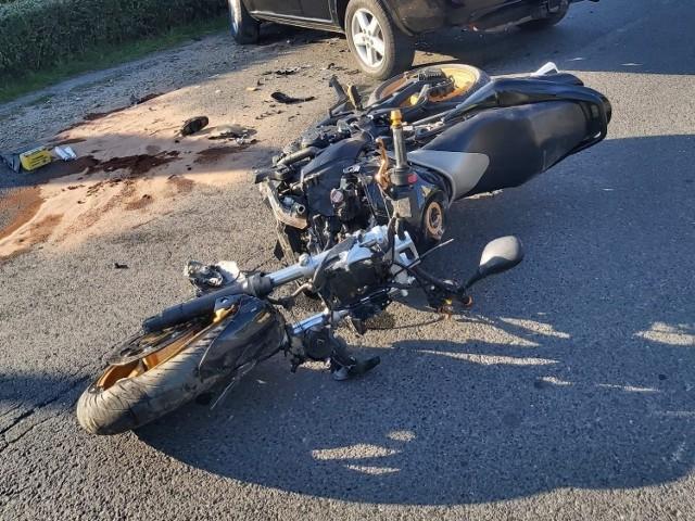 Wypadek w Tarnowie Opolskim. Kierująca nissanem wymusiła pierwszeństwo ma motocykliście. Zabrano go do szpitala