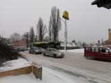 Atak zimy w Tomaszowie Maz. W korkach i zaspach utknęły autobusy i busy, przewoźnicy przepraszają pasażerów