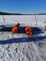 Strażacy przygotowują się do akcji ratunkowych na lodzie [ZDJĘCIA]