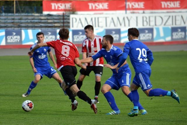 Zespół Unii Tarnów (niebieskie koszulki) w finale Pucharu Polski MZPNP Tarnów zagra z lokalnym rywalem - Metalem