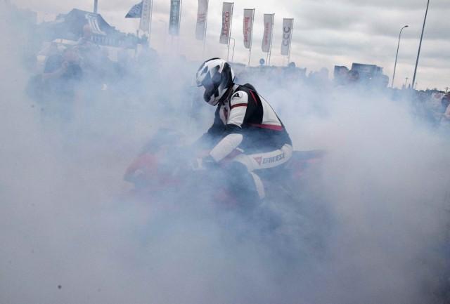 """Uczestnicy XVI Zlotu Motocyklowego """"Na Soli"""" w Inowrocławiu zjechali na parking pod miejscowa Galerią Solną. Każdy mógł obejrzeć z bliska wspaniałe maszyny oraz obserwować ostre palenie gum"""
