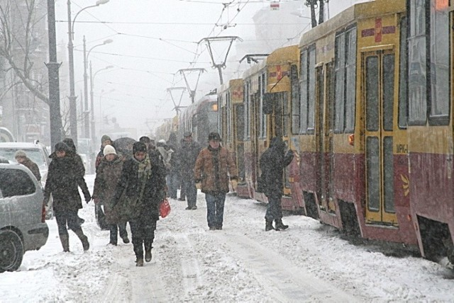 Śnieżyca sparaliżowała Łódź, jednodniowa klęska żywiołowa – takie tytuły nadawaliśmy relacjom sprzed dziesięciu lat. Mija dekada od ogromnych opadów śniegu, które zatrzymały w zaspach komunikację miejską i samochody. Ratunkiem były nawet kilkugodzinne wędrówki z pracy do domu. Jak pamiętacie tamten dzień?   >>> Na kolejnych ilustracjach więcej zdjęć z 29 listopada 2010 r. >>>  >>>> Łódź na zdjęciach z lat 90. Tak żyli łodzianie 30 lat temu. Stara Łódź Fabryczna, upadające fabryki, bezrobocie i riksze! >>>>ZOBACZ