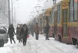 ZIMA 2010. Śnieżyca sparaliżowała Łódź. 10 lat temu miasto stanęło w zaspach. To był horror dla kierowców, pasażerów, pieszych i Jońskiego