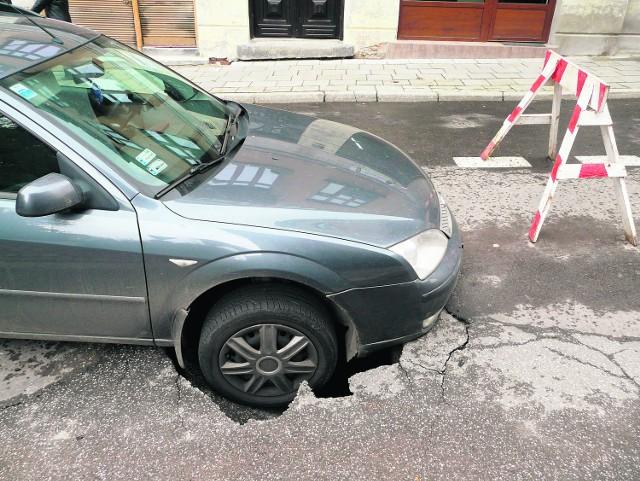 Korki spotęgowało zapadnięcie się ul. Bernardyńskiej. W pułapkę wpadł kierowca z Łańcuta