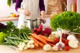 Nie przepłacaj za zakupy spożywcze. Te warzywa i zioła odrosną z resztek, a smakują tak samo
