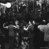 Jak dawniej nosiliśmy się na balach sylwestrowych? Niektóre z tych zdjęć mają niemal 100 lat!