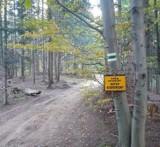 """Beskid. W drodze na Makowicę zielony szlak zagrodzony taśmami - informuje biegacz. """"Teren prywatny, wstęp wzbroniony"""""""