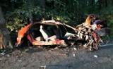 Renault roztrzaskało się na drzewie pomiędzy Babimostem a Kargową. To cud, że jadący autem przeżyli wypadek