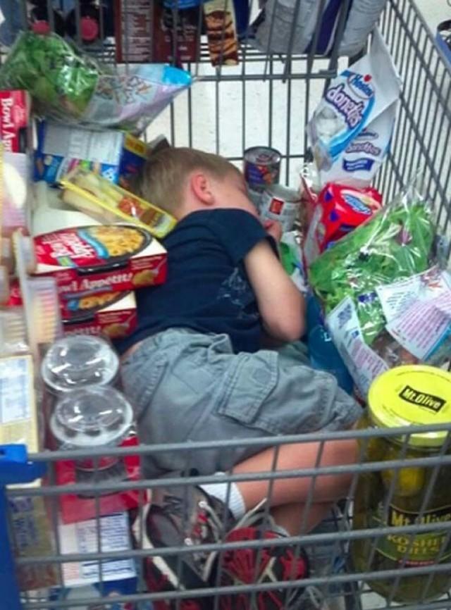 Te dzieci naprawdę nie chcą robić zakupów. Potrafią też stawiać opór... [GALERIA]