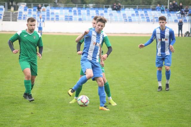 Liderem rozgrywek w klasie A jest Supra Kwidzyn. W derbowym starciu z Pogonią Prabuty dwie bramki dla gospodarzy zdobył Mateusz Górka (na zdjęciu podczas meczu z Madami Ostaszewo).