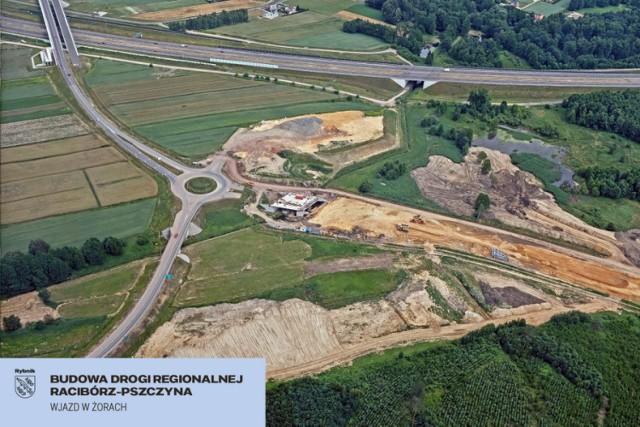 Budowa Drogi Regionalnej Racibórz-Pszczyna idzie zgodnie z planem. W ubiegłym tygodniu na odcinku od Żor w kierunku Rybnika został położony pierwszy kilometr nawierzchni bitumicznej na jednym z pasów ruchu.