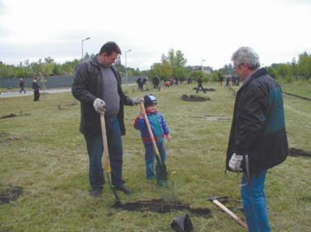 Piotruś Konieczny, jego tata Marcin i dziadek Czesław Strzyżewski, chwalą pomysł sadzenia drzew w okolicy huty.