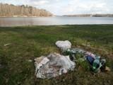 Zalew w Szałem jak wysypisko śmieci. Kogo obwiniać? Szykuje się wielka akcja sprzątania ZDJĘCIA