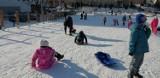 Górka saneczkowa przy Cichej w Pruszczu przyciąga wielu młodych pruszczan na zimową zabawę |ZDJĘCIA