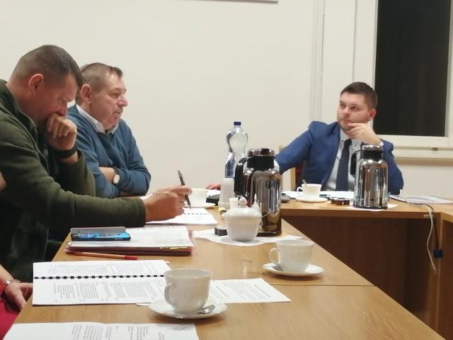 Bartosz Węglewski (z prawej) skrytykował zarzuty  wobec Marka Pawlickiego (drugi z lewej). Ten z kolei wstrzymał się od głosu.