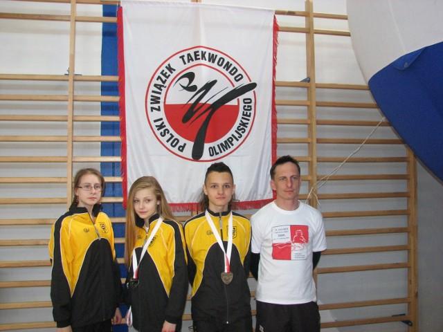 Zawodnicy UKS Ilyo Bolesławiec wraz z trenerem. Od lewej: Patrycja Radwan, Paulina Stojanowska (srebro), Remigiusz Różnicki (brąz), Mariusz Sulma.