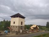 Wieża widokowa stanęła w Czarnorzekach. Będą stąd piękne widoki [ZDJĘCIA]