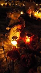 Wszystkich Świętych (2019) na cmentarzach w Pucku, Kuźnicy, Władysławowie. Wieczorne niebo rozświetliły tysiące światełek | ZDJĘCIA