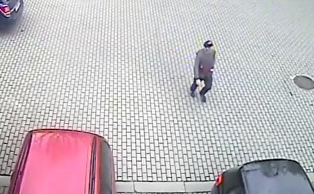 Gorzowska policja poszukuje sprawcy kradzieży laptopa, do które doszło w czwartek, 29 kwietnia ok. godz. 16.15, przy ul. Mickiewicza 37.   Mężczyzna otworzył drzwi auta i z fotela pasażera zabrał laptop marki Lenovo o wartości 4 tysięcy złotych.   Podejrzaną o kradzież osobę zarejestrowały kamery monitoringu. Ktokolwiek rozpoznaje mężczyznę z nagrania, proszony jest o kontakt z policjantami pod numerem 112 lub 47 791 21 11.  Właścicielka laptopa wyznaczyła 1000 zł nagrody za wskazanie sprawcy kradzieży.   Zobacz nagranie:    Czytaj także: Poszukiwani alimenciarze z województwa lubuskiego. Oni nie płacą na własne dzieci