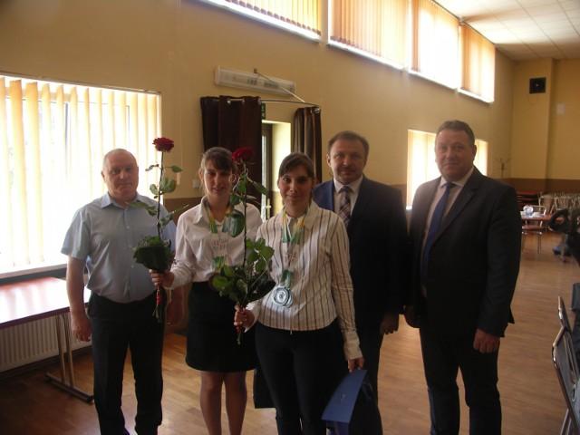 Joanna i Natalia Szablewskie w włodarzami gminy Rozdrażew chwilę po ich uhonorowaniu
