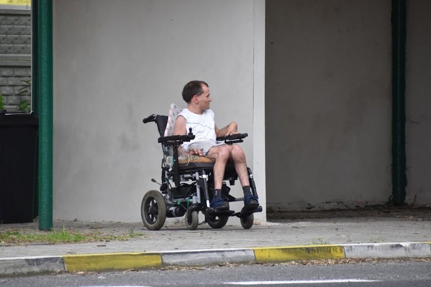Niepełnosprawny Marcin z Pławia od lat przesiaduje w swoim...