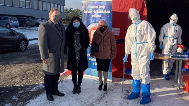 Burmistrz Olkusza Roman Piaśnik osobiście doglądał badań nauczycieli na obecność koronawirusa, przeprowadzonych 11 stycznia 2021