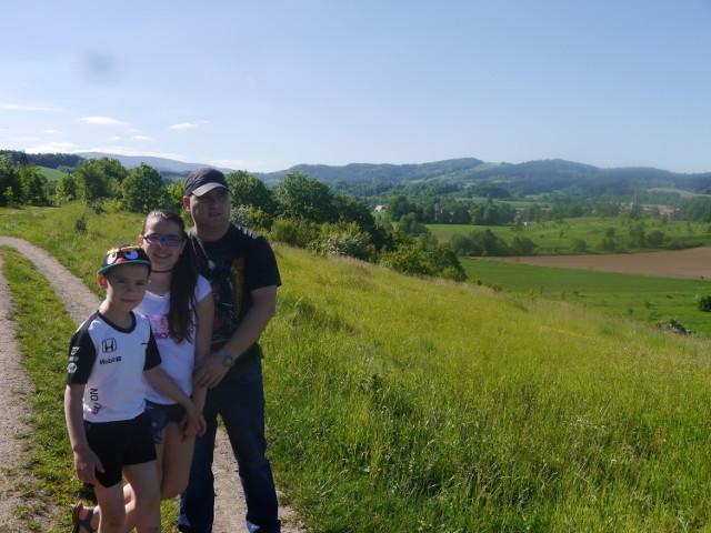 Norbert wraz ze swoją córką Kingą i synem Norbertem juniorem. W oddali widać Zakrze i Jeleniów