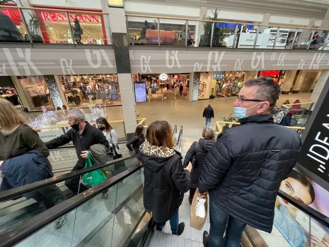 Mieszkańcy Krakowa sobotnie popołudnie spędzają w galeriach handlowych