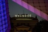"""Poznań: Nowy neon w centrum miasta. Nad pl. Wolności rozbłysła """"Wolność"""" [ZDJĘCIA]"""