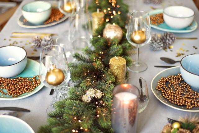 Jak udekorować świąteczny stół? Dekoracje na Boże Narodzenie. Wigilia i święta Bożego Narodzenia przy pięknie udekorowanym stole. Właściwa dekoracja stołu jest kluczem do stworzenia wyjątkowej atmosfery, która sprawi, że wieczór na długo pozostanie w pamięci bliskich. Idealna aranżacja nie musi być droga. Może inspiracją stanie się propozycja sklepu Action.