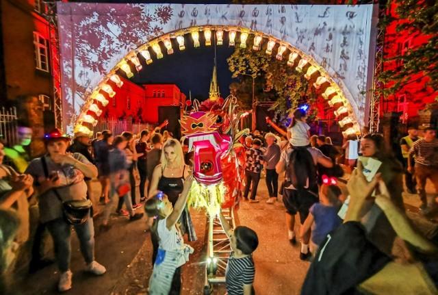 W ciągu najbliższych dwóch tygodni Toruńska Agenda Kulturalna ma ogłosić informacje dotyczące tegorocznej edycji festiwalu światła. Do dziś oficjalnie nie wiadomo, czy największa letnia impreza w naszym mieście się odbędzie, ale - jak udało nam się dowiedzieć - festiwal zaplanowano w niecodziennej formule.   Zobacz także: Największe wydatki z toruńskiego budżetu. Część z nich padnie ofiarą wirusa Toruńskie VIP-y w dzieciństwie. Czy rozpoznacie ich na zdjęciach?  Czytaj więcej na kolejnych stronach >>>>>>  tekst: Paulina Błaszkiewicz