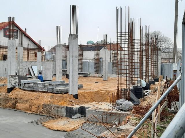 """Prace przy """"Galerii na rogu"""" w Jędrzejowie nieustannie trwają. Budynek powoli """"wznosi się"""" do góry."""