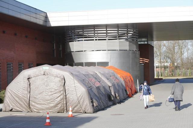 Przy kilku szpitalach w Poznaniu, w tym przy szpitalu miejskim przy ul. Szwajcarskiej stanęły namioty polowe. Mają być w nich przyjmowani pacjenci z podejrzeniem koronawirusa.