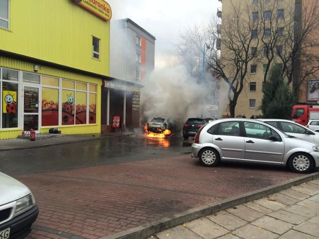 Skoda Fabia zapaliła się przed Biedronką