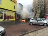 Pożar na Ochocie. Przed Biedronką na Szczęśliwickiej zapalił się samochód [ZDJĘCIA, WIDEO]