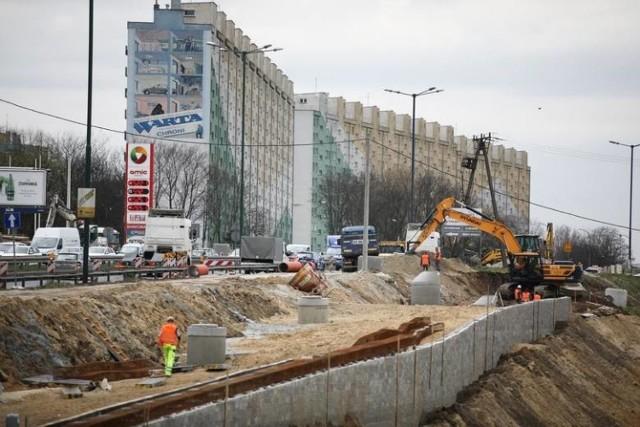 Jedną z kluczowych inwestycji prowadzonych obecnie w Krakowie jest budowa linii tramwajowej z Krowodrzy Górki do Górki Narodowej.  Prace prowadzone są obecnie na kilku odcinkach, m.in. w rejonie ul. Opolskiej, Pachońskiego, nad Białuchą i Bibiczanką, czy w pobliżu ul. Siewnej.  Budowa rozpoczęła się w lipcu 2020 r. Zgodnie z kontraktem wykonawca ma 26 miesięcy na zakończenie wszystkich prac, czyli cała inwestycja powinna zakończyć się w 2022 roku.