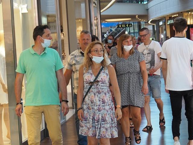 Klienci wracają do galerii handlowych, w lipcu odwiedziło je o 5 proc. więcej niż w czerwcu, a w województwie łódzkim ten wzrost był jeszcze większy. Tak wynika z nowego badania Polskiej Rady Centrów Handlowych. Przedstawiciele łódzkiej Manufaktury mówią o nowym trendzie zakupowym.  Polska Rada Centrów Handlowych od początku pandemii sprawdza aktualną liczbę odwiedzających w poszczególnych dniach miesiąca. Dane zbierane są z systemów kamer znajdujących się w centrach handlowych, a klienci są liczeni z dokładnością do 98 proc.  Czytaj dalej