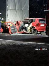 Wypadek na DK 32 na trasie Grodzisk - Ptaszkowo. Auto wbiło się pod naczepę ciężarówki