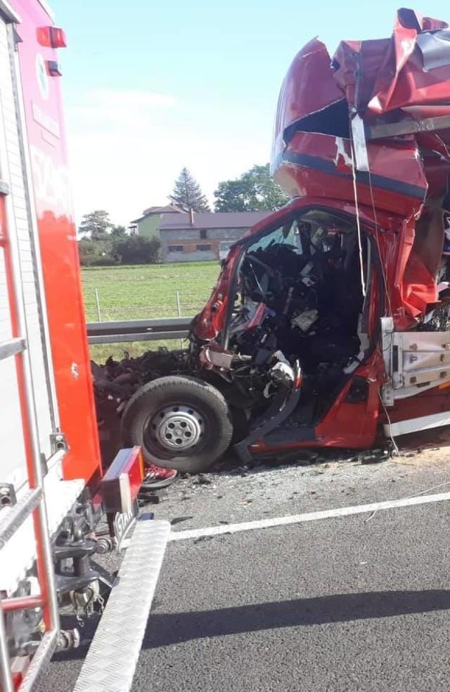 Przed węzłem Kopytkowo samochód dostawczy najechał na tył ciężarówki. Kierowca busa zginął na miejscu