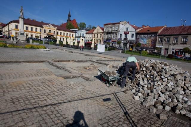 Kostka z bocheńskiego Rynku została zerwana w trakcie jego rewitalizacji, teraz można ją kupić za niewielkie pieniądze