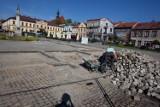 Bochnia. Zerwana kostka granitowa z bocheńskiego Rynku wystawiona na sprzedaż, cena wywoławcza 55 zł za tonę