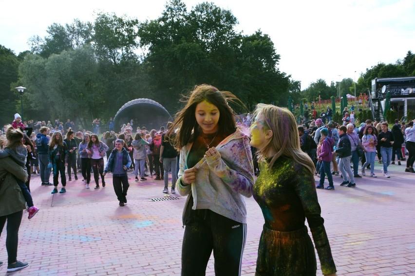 W parku rozrywki odbył się festiwal kolorów. Zobaczcie