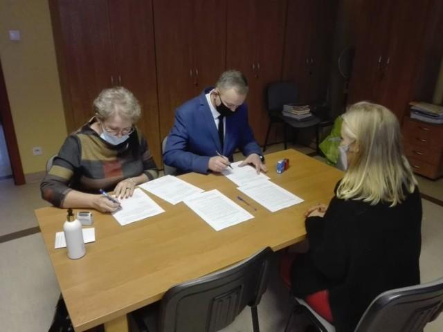 Umowy o udzielenie dofinansowania w Urzędzie Wojewódzkim w Bydgoszczy podpisali Arkadiusz Gralak, burmistrz i Aleksandra Kozłowska, skarbnik gminy.