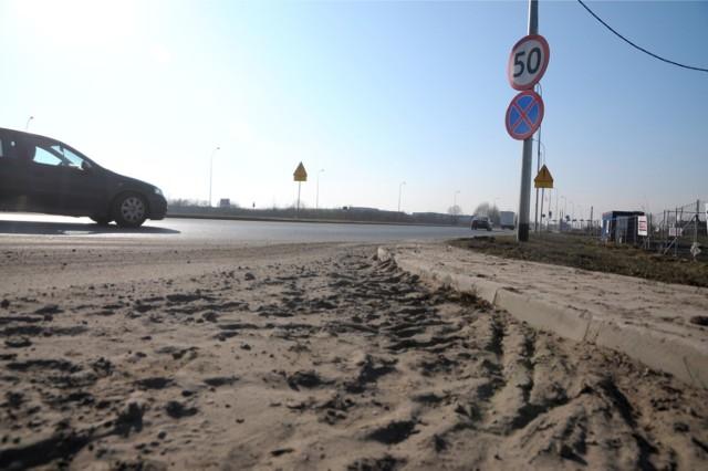 Mieszkańcy alarmują, że przy ul. Śliwiaka przechowywane są w niewłaściwy sposób odpady zawierające chrom.
