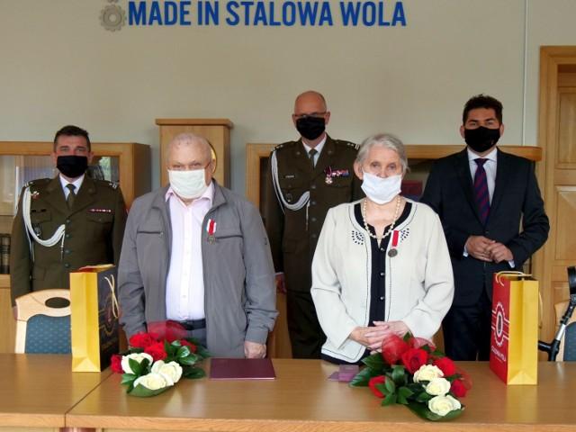 Janina i Stanisław Prytkowie na uroczystości wręczenia  Srebrnych Medali za Zasługi dla Obronności Kraju