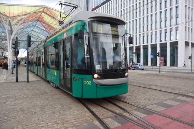 """Na łódzkie ulice wyruszyły we wtorek po raz pierwszy dwa sprowadzone z Helsinek do Łodzi na testy wagony tramwajowe Variotram. Dla najnowszego taboru łódzkiego MPK wybrano linię 18, na której kursowały one od samego rana na trasie Retkinia - Telefoniczna przez Stajnię Jednorożców.  ZDJĘCIA I WIĘCEJ INFORMACJI  - KLIKNIJ DALEJ  <script async defer class=""""XlinkEmbedScript""""  data-width=""""854"""" data-height=""""480"""" data-url=""""//get.x-link.pl/4d3cdc1e-e480-173e-afa1-a05685b0b398,b800029a-c9e4-4a13-b66a-d6eebc00e178,embed.html"""" type=""""application/javascript"""" src=""""//prodxnews1blob.blob.core.windows.net/cdn/js/xlink-i.js?v1"""" ></script>"""