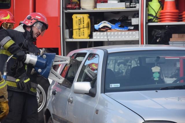 Mikołów: Pokaz wydobywania poszkodowanego zakleszczonego w samochodzie