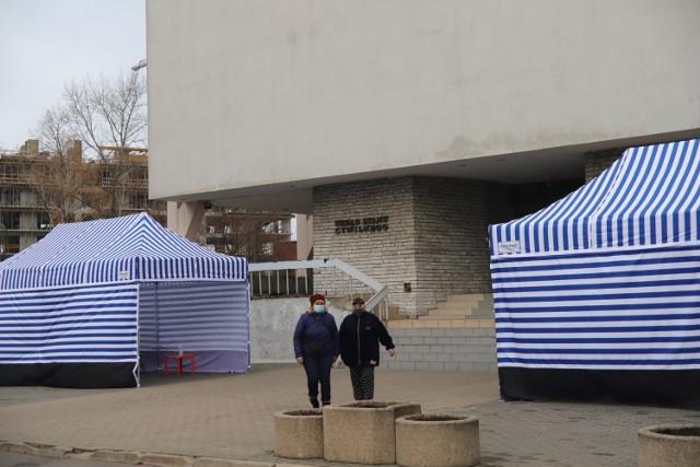 Urząd Stanu Cywilnego przy al. Piłsudskiego 100 w Łodzi wystawił dwa namioty dla oczekujących na wizytę w tej instytucji. Od 23 listopada - do odwołania - w poniedziałki USC będzie czynny tylko dla interesantów przychodzących w celu sporządzenia aktów zgonu.  >>> Czytaj dalej na kolejnych slajdach >>>